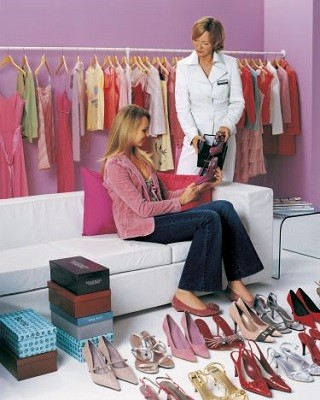 personal shopper aconseja a clienta
